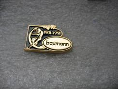 Pin's Des 90 Ans De Fabriation De Chaises En Osier, Vannerie BAUMANN à Colombier-Fontaine (Dépt 25). 1901-1991 - Badges