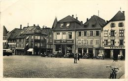 - Dpts Div.-ref-WW781- Bas Rhin - Haguenau - La Place D Armes - Estaminet - Restaurant - Garage - Voitures - Magasins - - Haguenau
