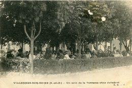 VILLENNES SUR SEINE - Un Coin De La Terrasse Chez Jallabert Animé Sous Les Arbres - Villennes-sur-Seine