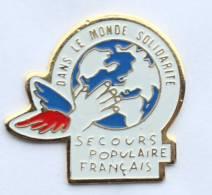 Pin's SECOURS POPULAIRE FRANCAIS Dans Le Monde Solidaire - Le Logo - Main Ailée Sur Le Monde - Vernone - G1091 - Associations