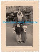 Photo  -Enfant Avec Le Père Noël Rencontré Dans Une Rue De Rennes (35) Le 23-Décembre 1953 - Anonymous Persons