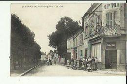 Les Aix D'Angillon  18    Le  Mail Tres Tres Animé _Epicerie Et Vetements Au Bon Marché - Les Aix-d'Angillon