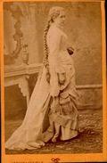 PHOTO EPAISSE 10,5/6,5 CM PRISE PAR PHOT.A LYON   AVEC JEUNE  FEMME ..             VOIR DOS - Anonymous Persons