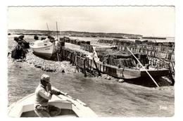 """33 GIRONDE - Collecteurs D'huîtres à La Pointe D'Arcachon, Chaland Et Sa Table  """"détroquage"""" - Arcachon"""