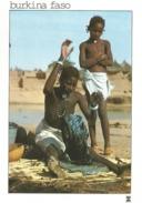 BURKINA FASO - Geste Familier D'une Lavandière Près D La Mare Sacrée Du Village Ou Vivent Des Crocodiles Très Respectés - Burkina Faso