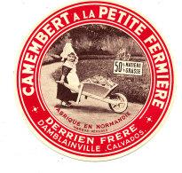 P 679 - ETIQUETTE DE FROMAGE -  CAMEMBERT    A LA PETITE FERMIERE  DERRIEN FRERES DAMBLAINVILLE  (CALVADOS) - Fromage