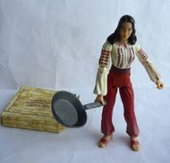 FIGURINE INDIANA JONES - RAIDERS OF THE LOST ARK - HASBRO 2008 - MARION RAVENWOOD AVEC POELLE Et 1 Caisse En Carton - Figurines