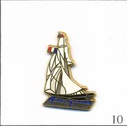 """Pin's Vieux Gréements / Copie Du Cotre """"Le Renard"""" Du Corsaire  Surcouf  à St Malo (35). Est. Lalande Et Collin. T567-10 - Boats"""