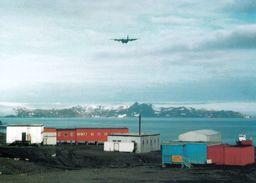 1 AK Antarktis * Station Bellingshausen In Der Fildesbucht - Landeanflug Einer Hercules C-30 Auf Der Insel King George - Ansichtskarten