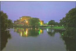 THE ROYAL SHAKESPEARE THEATRE AT NIGHT, STRATFORD, WARWICKSHIRE, ENGLAND. UNUSED POSTCARD G6 - Stratford Upon Avon