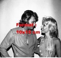 Reproduction D'une Photographie D'un Portrait De Johnny Hallyday Regardant Amoureusement Sylvie Vartan - Reproductions