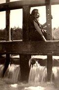 Photo Originale Une Rendez-Vous Avec La Pin-up De L'écluse Au Torrent Vers 1950 - Pin-Ups