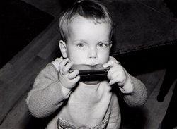Photo Originale Jeu & Jouet - Enfant Jouant De L'Harmonica En 1968 - Musique - Objets