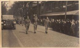 Photo Carte Postale Defilé Militaire Roggeman Saint Gilles Bruxelles 1945 - Guerre, Militaire