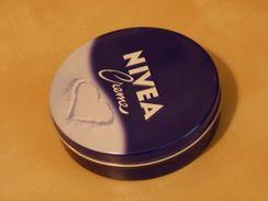 Crème Nivea : Boîte Vide Avec Coeur Sur Le Visuel Du Couvercle. Empty Nivea Cream Pot With A Heart - Beauty Products