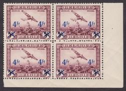 N°PA7 , Bloc De 4 Coin De Feuille 3 Timbres Neufs Sans Charnières Et Le Timbre Variété Bombe Charniéré - Airmail