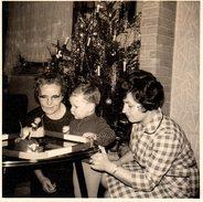 Photo Carrée Originale D'un Enfant Jouant Aux Autos Tamponneuses Miniatures Vers 1960 - Circuit Au Pied Du Sapin De Noël - Objets
