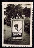 Photo 8.5 X 6 - Jeunes Hommes Gadzarts Derrière Un Panneau Publicitaire Banania à La Sainte Cécile En 1949 --- Del408 - Photos