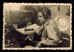 Photo 9 X 6 - Radiotélégraphiste Avec Un Récepteur Wells Gardner --- Del415 - Guerre, Militaire