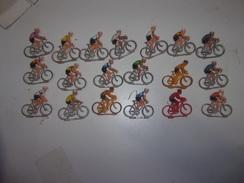 Lot Ancien  De 19 Cyclistes Plastique - Figurines
