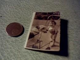 Tres Petit Calendrer De Poche De 1948 Theme Enfants   Avec Chiens Dimentions 4  X 5  Cm Env - Calendars