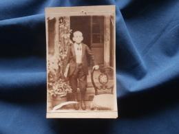 Photo CDV  Sans Mention Photographe  Jeune écolier Portant Un Gros Livre  - CA 1900 - L326 - Photos