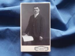 Photo  CDV  Schellhorn à Altona  Jeune Homme élégant Debout Feuilletant Un Livre  - CA 1900 - L334 - Photos