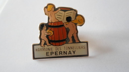 PINS  CHAMPAGNE HARMONIE DES TONNELIERS  EPERNAY   MARNE   **** RARE     A SAISIR ***** - Beverages