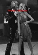 Reproduction D'une Photographie De Johnny Hallyday Et Sylvie Vartan Amoureux Et Complices Même Sur Scène En 1973 - Reproductions