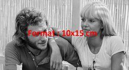 Reproduction D'une Photographie De Johnny Hallyday Et Sylvie Vartan Amoureux Et Décontractés - Reproductions