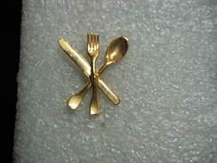Pin's  Couverts Dorés: Couteau,Fourchette Et Cuillere - Badges