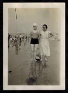 Photo 9 X 6.5 - Deux Femmes Pin Up Dont Une En Maillot De Bain Sur La Plage Années 30 --- Del455 - Pin-ups