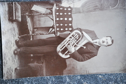1173/ Musicien Avec Son Instrument-Tuba - Musique Et Musiciens