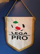 FOOTBALL LEGA PRO OFFICIAL PENNANT 34 X28 Cm - Soccer