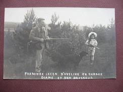 RARE CPA PHOTO Première Leçon D'Evelyne à La CHASSE Diane Et Son Dresseur N° 3 ENFANT Et FUSIL FILLETTE CHASSEUR CHIEN - Caccia