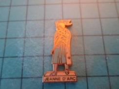 Pin512F  Pin's Pins / Belle Qualité Et TB état !!!! : JEANNE D'ARC EN JUPE   Marquage Au Dos : - ---  - - Celebrities