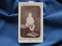 Photo CDV  Houppe à St Omer  Fillette Assise Sur Un Table Avec Des Livres  Dont Un Sous Ses Pieds - CA 1885 - L342 - Photos