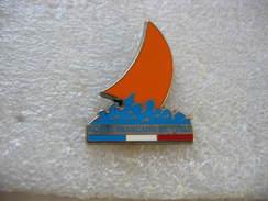 Pin's De L'Ecole Francaise De Voile. Voilier Avec La Voile De Couleur Orange - Boats