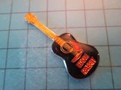 PIN512F Pin's Pins / Belle Qualité Et TB état !!!! :  GUITARE  NOIRE ET ROUGE ROCKER IMPROBABLE EDDIE RABRY  Marquage Au - Music