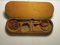 RARE Pesage Monétaire,Balance à Main à Suspension, Avec Ses Deux Coupelles (diamètre 4 Cm) Boite En Bois Pour Poids - Bijoux & Horlogerie