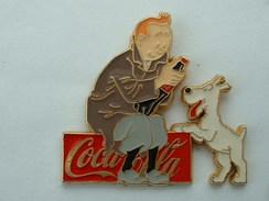 Pin'S TINTIN - COCA COLA - IMPERMEABLE MARRON - PANTALON GRIS - FOND COULEUR OR - Comics