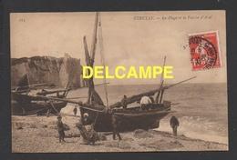 DF / 76 SEINE MARITIME / ÉTRETAT / GROUPE DE PÊCHEURS PRÉPARANT LEURS BATEAUX SUR LA PLAGE / CIRCULÉE EN 1908 - Etretat