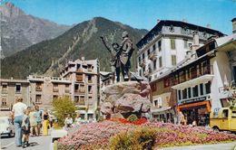Cpsm Format Cpa  Chamonix-Mont-Blanc Le Monument HB De Saussure (animée) M1966 - Chamonix-Mont-Blanc