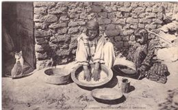Jeunes Mauresques Faisant Le Couscous - Women