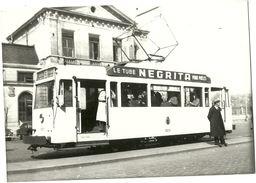 NAMUR GARE SNCV PHOTO D UN TRAM TRAMWAY A L ARRET AVEC LA PUBLICITE LE TUBE NEGRITA POUR POELES EN 1950 - Treni