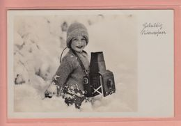 OLD PHOTO POSTCARD    - YOUNG PHOTOGRAPHER - PHOTO CAMERA FROM  1930'S - Postkaarten