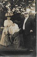 CPA Carte PHOTO. Couple Endimancher Et Leur Bébé Dans Le Landau.  .B216 - Coppie