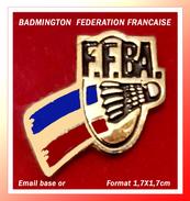 SUPER PIN'S BADMINTON : Pin's De La FEDERATION FRANCAISE En émail Base Or, Format 1,7X1,7cm - Badminton