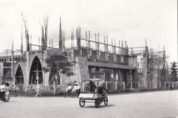 Photo  Format Carte : Long Xuyen (Indochine Vietnam) Cathédrale Regina Pacis En Construction  Signé Ngu 1966 - Luoghi