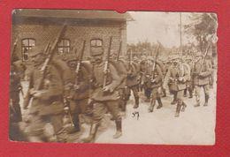 Environs De Sedan  -- Carte Photo -- Soldats Du 5 Bayer Inf Div Traversant Un Village 5/11/1915 - Abimée - Sedan